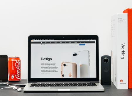 PARIJS, FRANKRIJK - 3 SEP 2017: Minimalistische creatieve kamertafel met Safari Browser open op MacPook Pro-laptop met presentatie van Apple Computers-website met nieuwste iPhone 8 en 8 Plus met bijgewerkte versie