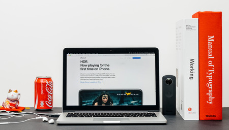 PARIJS, FRANKRIJK - 3 SEP 2017: Minimalistische creatieve kamertafel met Safari-browser open op MacPook Pro-laptop met presentatie van de Apple Computers-website met de nieuwste iPhone X 10 met HDR-hoog dynamisch bereik