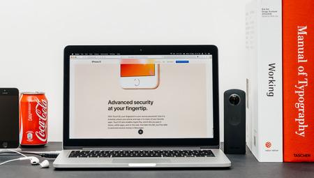 PARIJS, FRANKRIJK - 3 SEP 2017: Minimalistische creatieve kamertafel met Safari Browser open op MacPook Pro laptop presentatie Apple Apple website met nieuwste iPhone 8 en 8 Plus met geavanceerde touch id Redactioneel