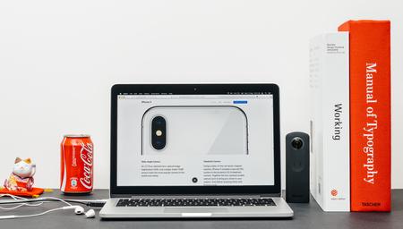 PARIJS, FRANKRIJK - 3 SEP 2017: Minimalistische creatieve kamertafel met Safari Browser open op MacPook Pro-laptop presentatie van Apple Computers-website met nieuwste iPhone X 10 met dubbele nieuwe camera