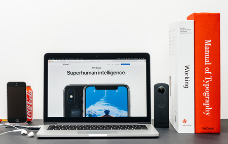 PARIJS, FRANKRIJK - 3 SEP 2017: Minimalistische creatieve kamermeubel met Safari-browser open op MacPook Pro-laptop met presentatie van de Apple Computers-website met de nieuwste iPhone X 10 met mogelijkheden voor bovenmenselijke intelligentie