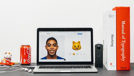 PARIJS, FRANKRIJK - 3 SEP 2017: Minimalistische creatieve kamertafel met Safari Browser open op MacPook Pro laptop presentatie Apple Apple website met nieuwste iPhone X 10 met kattenanimoji emoji