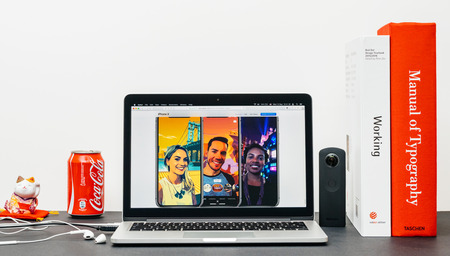 PARIJS, FRANKRIJK - 3 SEP 2017: Minimalistische creatieve kamertafel met Safari Browser open op MacPook Pro-laptop met presentatie van Apple Computers-website met de nieuwste iPhone X 10 met voorbeelden van prachtige foto's Redactioneel