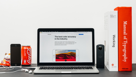 PARIS, FRANKRIJK - SEP 3, 2017: Minimalistische creatieve kamertafel met Safari Browser open op MacPook Pro laptop met Apple Computers website met de nieuwste iPhone 8 en 8 Plus met de beste kleuren nauwkeurigheid