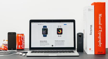 PARIJS, FRANKRIJK - 3 SEP 2017: Minimalistische creatieve kamertafel met Safari-browser op MacPook Pro-laptop op Apple Computers-website met nieuwste Apple Watch-serie 3 met Redactioneel