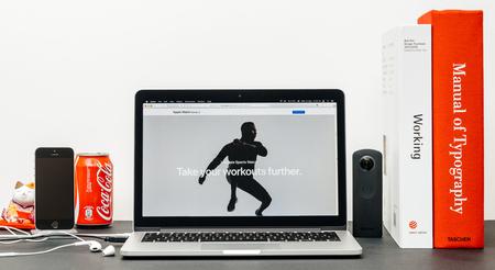 PARIS, FRANKRIJK - SEP 3, 2017: Minimalistische creatieve kamertafel met Safari Browser op MacPook Pro laptop op de Apple Computers website met de nieuwste Apple Watch Series 3 Ultimate Sports Watch