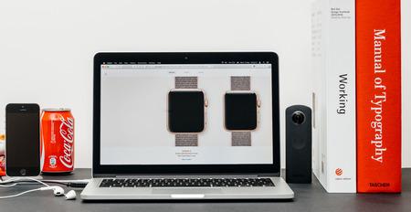 PARIJS, FRANKRIJK - 3 SEP 2017: Minimalistische creatieve kamertafel met Safari Browser op MacPook Pro-laptop op Apple Computers-website met nieuwste Apple Watch-serie 3 met selctie van apple watc face-band Redactioneel