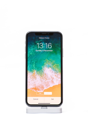 パリ フランス 17 年 11 月 5 日 新しいアップル Iphone X 10 分離スマート フォン壁紙選択 Secreen と白い背景 の写真素材 画像素材 Image