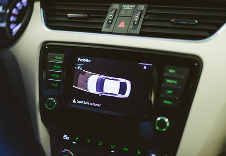 Sensores de sistema de auxílio eletrônico parkpilot parktronic genéricos com manobra do carro na tela e texto: olhar, seguro para mover? Foto de archivo - 91823104