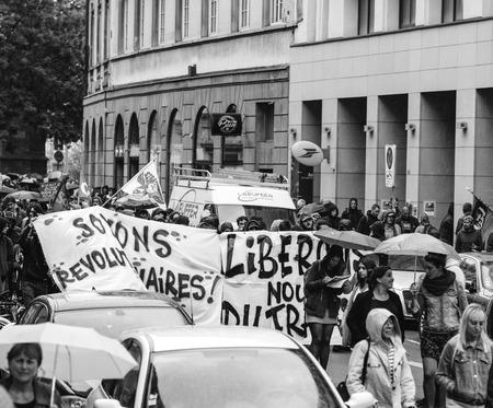 ESTRASBURGO, FRANCIA - 12 DE SEPTIEMBRE DE 2018: Seamos pancartas revolucionarias en el día nacional francés de protesta contra la reforma laboral propuesta por el Gobierno de Emmanuel Macron - blanco y negro