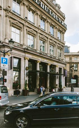PARIS, FRANKREICH - 18. AUGUST 2014: Luxus-Fünf-Sterne-Hotel du Louvre im Herzen von Paris nahe Louvre-Museum mit Fußgängern und Limousinen