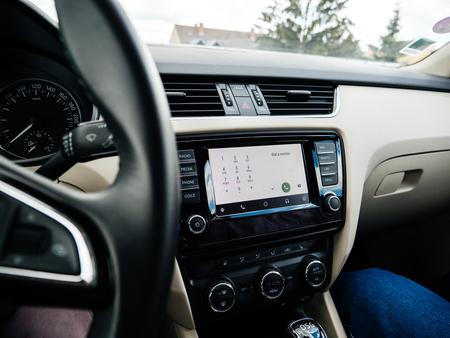 FRANKFURT, Alemania - 22 de junio de 2018: Google Andoid Auto en el nuevo coche de lujo dahsboard pantalla digital que muestra la configuración de teléfono de marcar un número