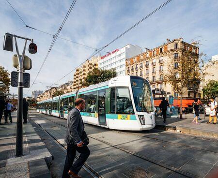 PARIS, FRANCE - OCT 13, 2018 : la station de métro Stif à Porte de Versailles avec l'arrivée du train en gare et les personnes sortant du train