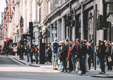 LONDON, UNITED KINGDOM - MAY 18, 2018: Pedestrians waiting to cross the Regent Street in London on a warm spring day Redactioneel