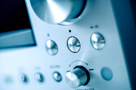 Pannello frontale in alluminio spazzolato in acciaio con più pulsanti e manopole di un lettore CD radio con amplificatore digitale Archivio Fotografico