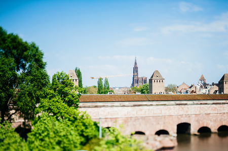 Silhouette winziger Menschen mit Tilt-Shift-Objektiv über Les Ponts Couverts Gedeckte Brucken drei Brücken und vier Türme im Zentrum von Straßburg mit der Kathedrale Notre-Dame