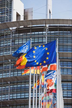 Flaggen aller Mitgliedsstaaten der Europäischen Union wehen bei Windstille vor dem Parlamentssitz am Tag der Wahlen zum Europäischen Parlament 2019