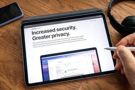 Parijs, Frankrijk - 6 juni 2019: Man leest op Apple iPad Pro-tablet over de laatste aankondiging van op Apple Worldwide Developers Conference WWDC - met de privacybeveiliging van MacOs Catalina Redactioneel