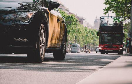 Vue en contre-plongée des voitures, taxi, bus touristique conduisant sur le Passeig de Gracia central, dans le centre de Barcelone avec vue en arrière-plan de l'hôtel de luxe Iberostar Banque d'images