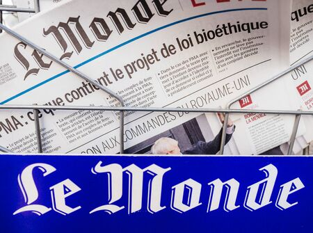 Paris, France - Jul 24, 2019: Boris Johnson appears on cover page of the French Le Monde newspaper as he becomes UK United Kingdom Prime Minister 版權商用圖片 - 132982865