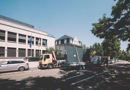 Straßburg, Frankreich - 16. Juni 2018: Deutsches Generalkonsulat am Quai Mullenheim, mit Bauwagen, der große Tore transportiert?