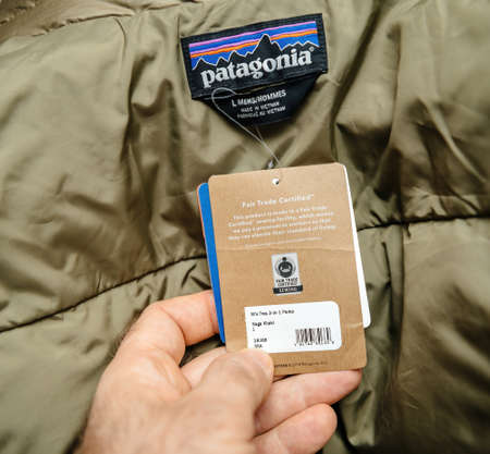 Patagonia model Mens tres 3-in-1 parka regular fit luxury winter clothes - fair trade certified sticker Banque d'images - 167821596