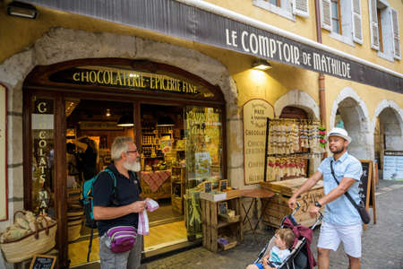 Single father with young boy and senior man in front of Chocolaterie Epicerie fine Le Comptoir de Mathilde Éditoriale