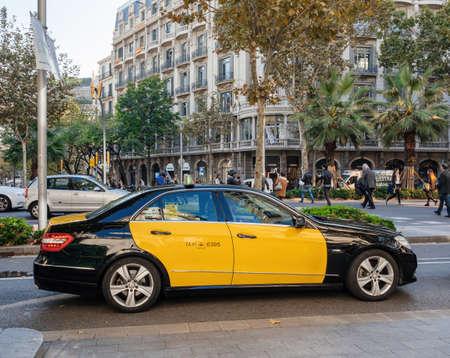 panish catalan taxi Mercedes-Benz E-Klass yellow dots black body Banque d'images - 167821628