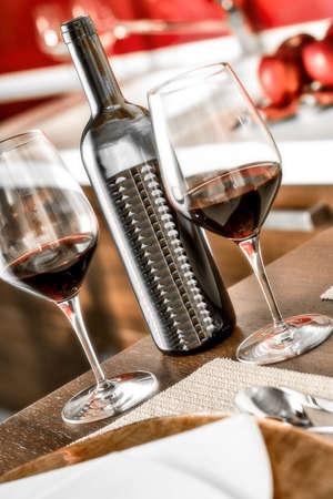 キッチンには赤ワインとワイングラス ボトル