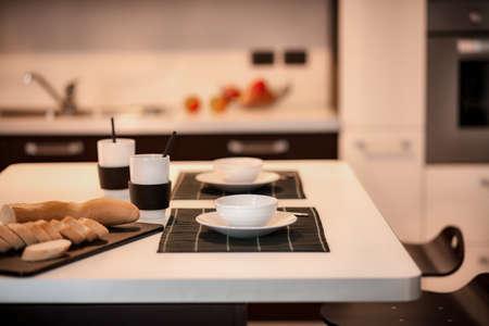現代台所で朝食のテーブル 写真素材