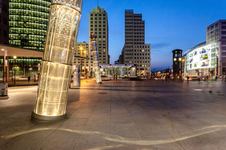 the blue hour at Potsdamer Platz in Berlin with moving people 新聞圖片