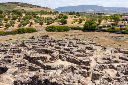 田舎の背景にサルデーニャの Barumini の遺跡のヌラーゲ遺跡