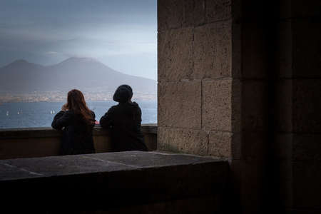 couple looking the Vesuvio volcan from the balcony of the castle 版權商用圖片