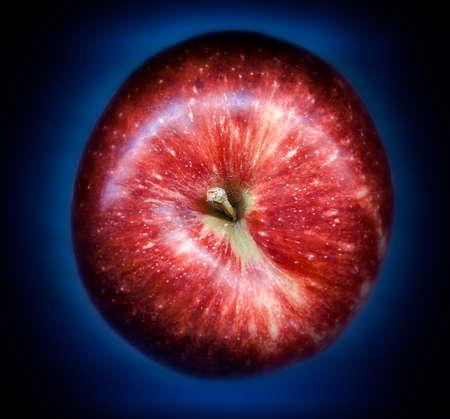 red apple on blue gradient background 版權商用圖片