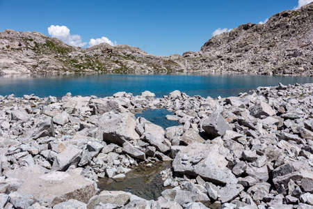 turquoise high mountain lake in the middle of the rocks 版權商用圖片