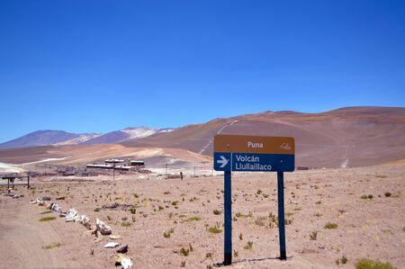 Overview of the La Casualidad mine with the sign indicating the direction to go to the sacred volcano LLullaillaco, Salta, Argentina Stockfoto
