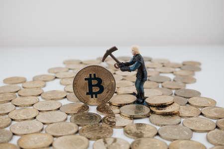 Cryptocurrency fysieke goud bitcoin munt en mijnwerker