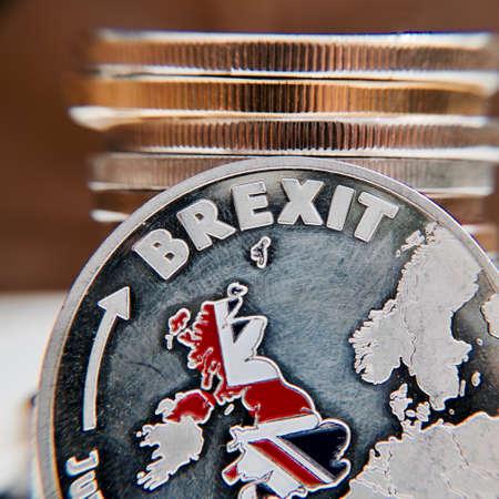 ヨーロッパを離れます。イギリスの地図と Brexit コイン。第五十条。連合。 写真素材