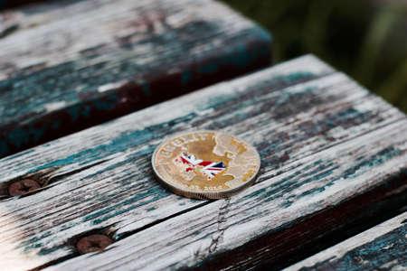 古い木製のベンチに金 brexit コイン。ヨーロッパを離れます。第五十条。 写真素材