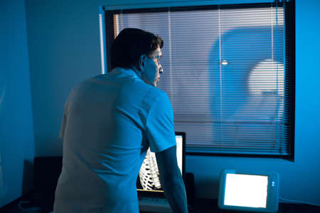 in the Medical Laboratory the Radiologist in the Control room Monitors the Skeleton and ribs of the patient MRI or CT Zdjęcie Seryjne