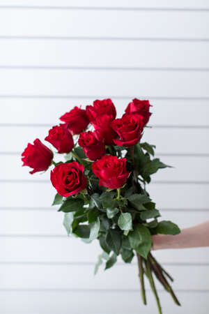 Beautiful bouquet of mixed flowers with roses. The work of the florist. Flower delivery. 免版税图像 - 140288641