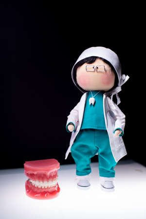 Full-length dentist doll. Next to the dentist put the jaw with braces. Demonstration of teeth Zdjęcie Seryjne