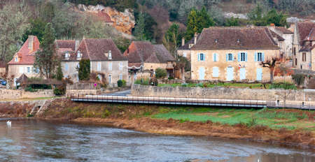 Limeuil, in the Dordogne-P?rigord region in Aquitaine, France. Medieval village with typical houses perched on the hill, overlooking the confluence of the Dordogne and V?z?re rivers. Imagens