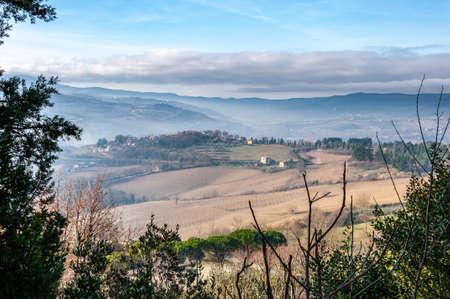 Todi in Umbria, Italia. Panorama dal colle su cui sorge la città medievale, dalla valle del medio corso del fiume Tevere, che scorre verso Orvieto e Roma.