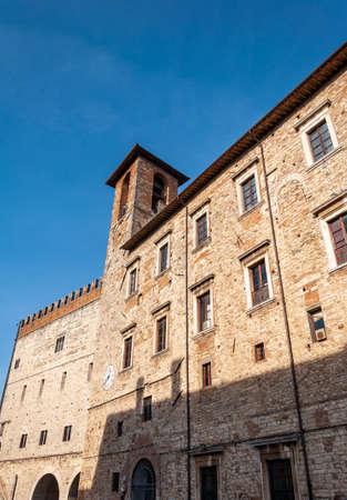 Todi in Umbria, Italia. Veduta dell'antico borgo ricco di edifici medievali. Sorge sulle colline fin dall'epoca etrusca e domina la valle del fiume Tevere.