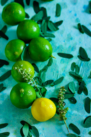 fresh yellow and green lemon on blue background 版權商用圖片