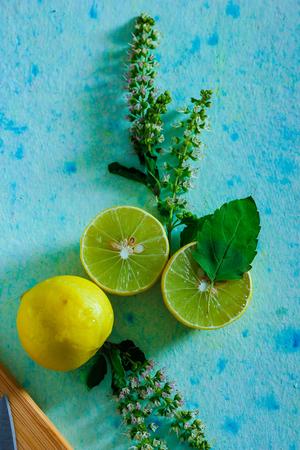 fresh yellow and green lemon on blue background 免版税图像