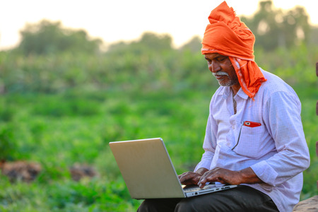 Indian rural farmer using laptop 免版税图像 - 124419212