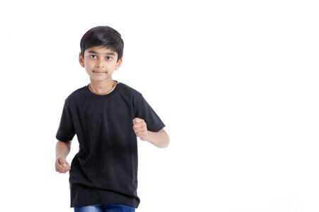 Netter indischer kleiner Junge, der spielt, läuft und mehrfachen Ausdruck gibt Standard-Bild