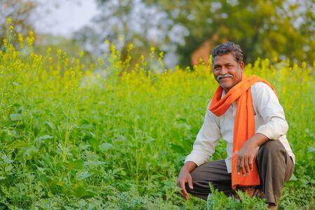 Indischer Bauer am schwarzen Senffeld